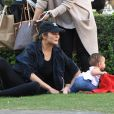 Chrissy Teigen promène sa fille Luna en poussette en compagnie de sa mère Vilailuck Teigen à Hollywood, le 30 janvier 2017