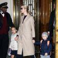 Ivanka Trump, toute souriante, et ses enfants Joseph et Arabella Kushner sortent d'un immeuble à New York, le 1er décembre 2016.