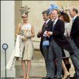 Tara Palmer-Tomkinson avec sa soeur Santa et son mari Simon au mariage du prince Charles et de Camilla Parler Bowles au château de Windsor en avril 2005