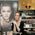"""Tara Palmer-Tomkinson lance une ligne de cosmétiques, """"Artdeco"""", dans un centre commercial de Londres en mai 2010."""