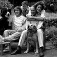 Tara Palmer-Tomkinson en famille en juillet 1988 avec sa mère Patricia, son père Charles, sa soeur Santa et son frère James, quelques mois après l'accident de ski dans lequel Patty a failli trouver la mort.