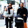 Chrissy Teigen avec son mari John Legend et leur fille Luna se promènent et font du shopping chez Louis Vuitton et Barneys New York à Beverly Hills. Los Angeles, le 23 décembre 2016.