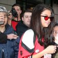 Selena Gomez fait des selfies avec des fans dans la bonne humeur à New York le 8 février 2017.  Singer Selena Gomez gets mobbed by fans while out and about in New York City, New York on February 8, 2017. Missing from the outing was her new rumored boyfriend, The Weeknd.08/02/2017 - New York