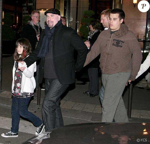 John Travolta en famille avec son fils Jett, à Paris en novembre 2008