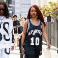 Rihanna se promène avec une amie dans les rues de New York Le 08 Mai 2015