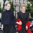 """Uma Thurman et sa fille Maya Hawke - Arrivées des Personnalités au défilé """" MIU MIU """" au Palais d'Iena à Paris Le 05 Juillet 2014"""