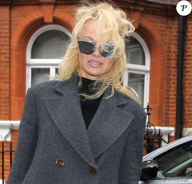 Pamela Anderson se rend à l'ambassade de l'Equateur pour rendre visite à Julian Assange, pour la 7ème fois, à Londres le 23 février 2017