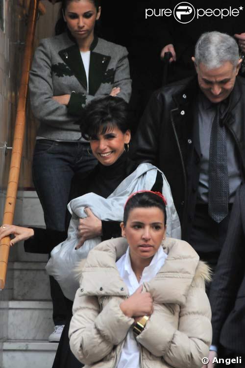 Rachida Dati sort de la clinique avec sa petite Zohra en bandoulière, le 7/01/09