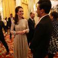 La duchesse Catherine de Cambridge (robe Erdem, escarpins Oscar de la Renta) parle au chef Vikas Khanna, présentateur de Masterchef India, lors de la réception donnée le 27 février 2017 à Buckingham Palace par la reine Elizabeth II en l'honneur du lancement de l'année culturelle UK - India et des 70 ans de l'indépendance de l'Inde.