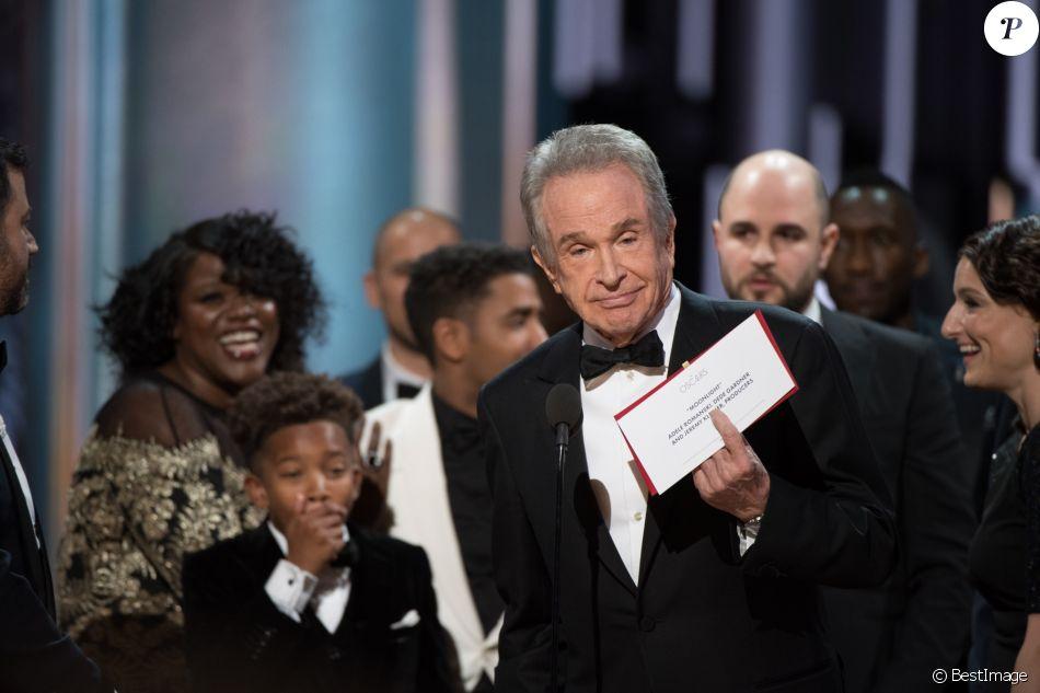 """Warren Beatty s'excuse après avoir annoncé par erreur """"La La Land"""" comme ayant gagné l'Oscar du meilleur film, alors que c'était """"Moonlight"""" le bon vainqueur - le 26 février 2017"""