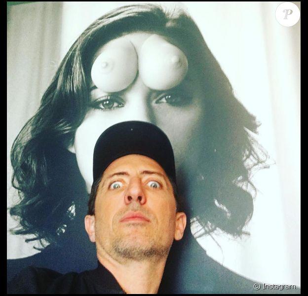 """Gad Elmaleh prenant la pose devant un portrait de Marion Cotillard dans les locaux de la société de production """"Funny or Die"""" à Los Angeles le 2 mars 2017"""