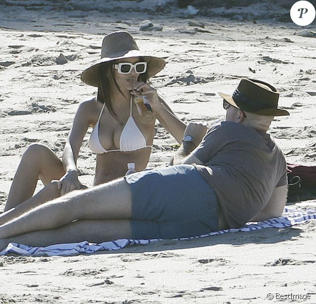 Emily Ratajkowski et son compagnon Jeff Magid passent une journée romantique sur une plage à Malibu, le 9 mars 2017.