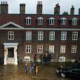 Le prince William, Kate Middleton et le prince Harry devant le palais de Kensington le 22 avril 2016 à Londres lors de l'arrivée de leurs invités Barack et Michelle Obama.