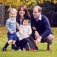 La duchesse Catherine de Cambridge et le prince William avec leurs enfants George et Charlotte dans le parc du palais de Kensington en octobre 2015. © ALP/MediaPunch/ABACAPRESS.COM