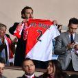 Pierre Casiraghi, son cousin Louis Ducruet à ses côtés, brandit un maillot de l'AS Monaco sur lequel est floquée la devise de la principauté, Deo juvante, lors du match retour de huitième de finale de Ligue des Champions entre l'AS Monaco et Manchester City au stade Louis II à Monaco le 15 mars 2017. Le club de la principauté, défait à l'aller 5 à 3, s'est qualifié pour les quarts de finale en battant les Anglais 3 buts à 1. © Bruno Bebert/Bestimage