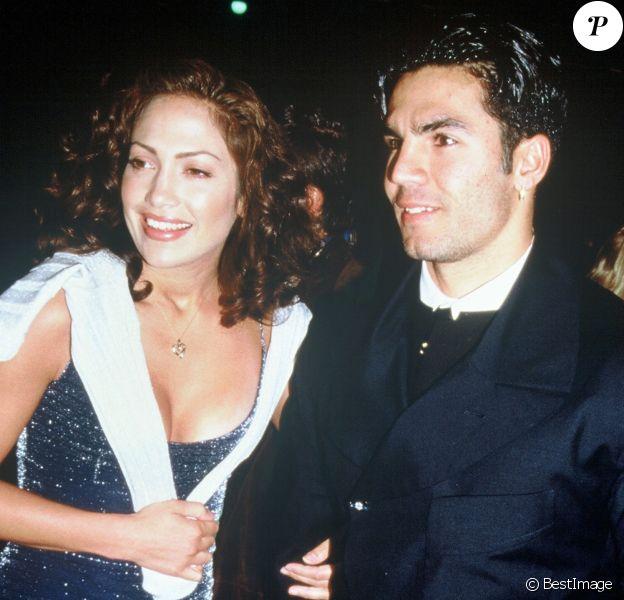 Jennifer Lopez et son premier mari Ojani Noa, ici en 1997 à Hollywood. Le couple a divorcé en 1998. Le couple a divorcé en 1998 après un an de mariage.