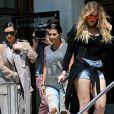 Les soeurs Kardashian (Kim enceinte, Kourtney et Khloe) sur le tournage de leur émission de téléréalité dans un restaurant à Ahoura Hills en Californie le 14 juillet 2015.