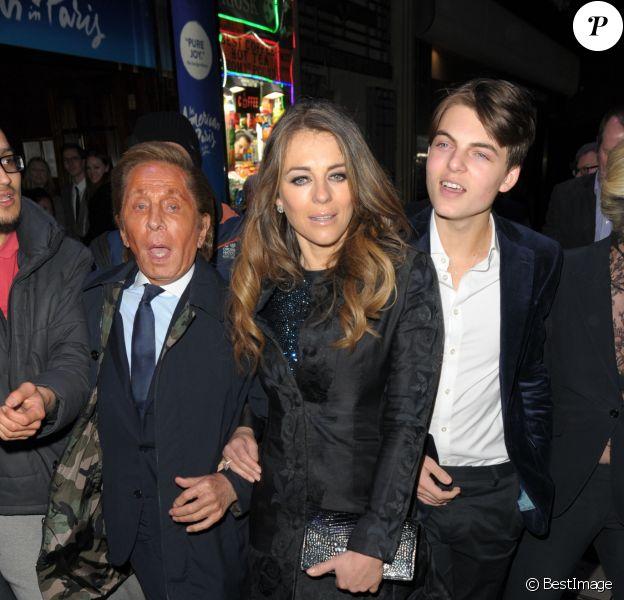 Valentino Garavani, Elizabeth Hurley et son fils Damian Charles Hurley quittent le Dominion Theatre à l'issue d'une représentation de la comédie musicale 'An American in Paris'. Londres, le 21 mars 2017.
