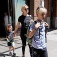 Kate Hudson avec ses fils Ryder et Bingham, quittent le Greenwich Hotel à New York, le 12 juin 2016.