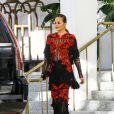 Chrissy Teigen porte une magnifique robe en dentelle et voile transparent à la sortie de son hôtel à Miami, le 4 mars 2017.