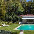 Six mois après avoir demandé le divorce à Brad Pitt, Angelina Jolie a dépensé la modique somme de 25 millions de dollars pour s'offrir cette nouvelle propriété à Los Angeles. La maison appartenait autrefois au réalisateur et producteur Cecil B. DeMille, qui y a vécu jusqu'à sa mort en 1959.