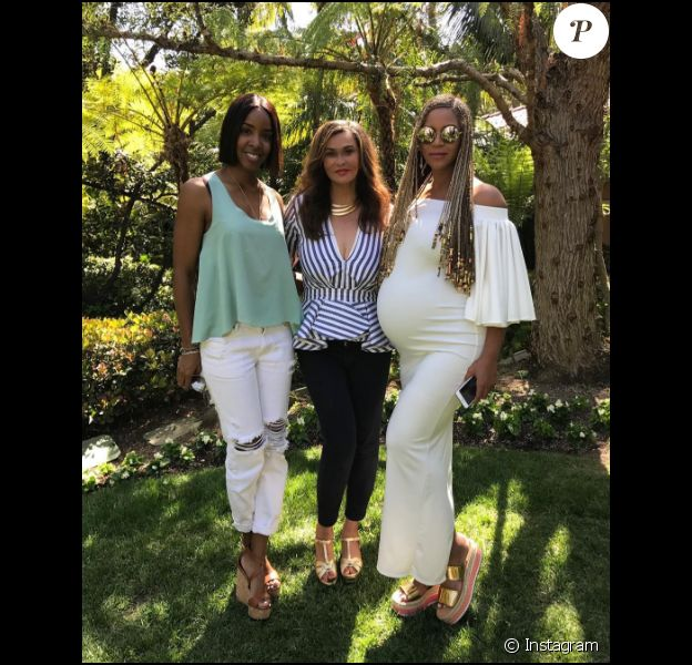 Kelly Rowland, Tina Lawson et Beyoncé Knowles prennent la pose pour Pâques le 16 avril 2017. Enceinte de jumeaux, l'épouse de Jay Z arbore de jolies rondeurs.