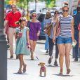 Exclusif - Katie Holmes et sa fille Suri Cruise se promènent avec leur petit chihuahua Honey dans les rues de New York Le 17 août 2016