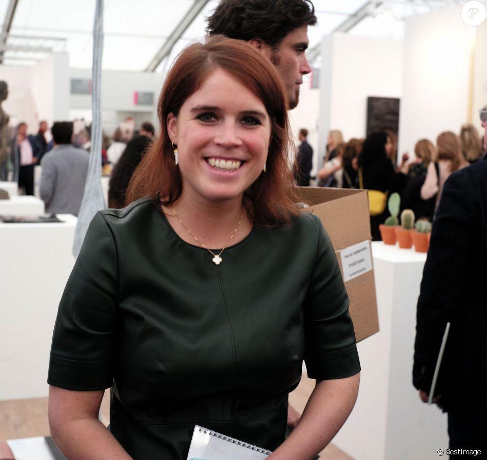 La princesse Eugenie d'York représentant la galerie d'art Hauther & Wirth lors du vernissage du salon d'art contemporain Frieze Art Fair le 13 octobre 2015 à Regent's Park, à Londres. En 2017, elle a été promue au poste de directrice de la galerie d'art.