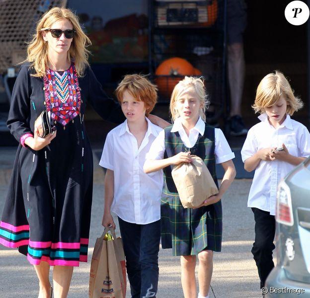 Exclusif - Prix Spécial - Julia Roberts fait du shopping avec ses enfants Phinnaeus, Henry, et Hazel à Malibu, le 12 octobre 2014.