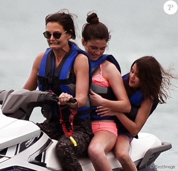 Exclusif - Katie Holmes et sa fille Suri font du jet ski avec des amis à Miami, le 17 avril 2017.