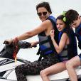 Exclusif - L'actrice Katie Holmes et sa fille Suri font du jet ski avec des amis à Miami, le 17 avril 2017.