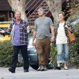 Alanis Morissette est allée déjeuner avec son mari Souleye et ses parents dans un restaurant mexicain à Los Angeles, le 12 décembre 2016.