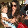 Alanis Morissette, son mari Mario Treadway et leurs fils Ever à l'aéroport de Los Angeles le 23 août 2012.