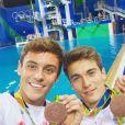 Tom Daley et son partenaire Daniel Goodfellow posent avec leur médaille de bronze à Rio. Twitter, le 8 août 2016