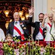 La famille royale de Norvège au balcon du palais, à Oslo le 9 mai 2017, lors du double 80e anniversaire du roi Harald V et de la reine Sonja de Norvège. Quelques minutes plus tard, en plein banquet, le prince héritier Haakon allait raser sa barbe si caractéristique !