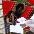 Exclusif - Priyanka Chopra profite de la piscine de son hôtel à Miami le 12 mai 2017. C'est l'occasion de découvrir qu'elle porte un piercing sur le nombril.