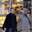 Exclusif - Les rumeurs se confirment. La jeune actrice de 26 ans Jennifer Lawrence et son nouveau compagnon, le réalisateur, Darren Aronofsky, 47 ans, se promènent bras dessus bras dessous dans les rues de New York. Après un dîner romantique, le couple, visiblement très amoureux, s'est arrêté devant un magasin de fleurs pour s'embrasser. Le 2 novembre 2016
