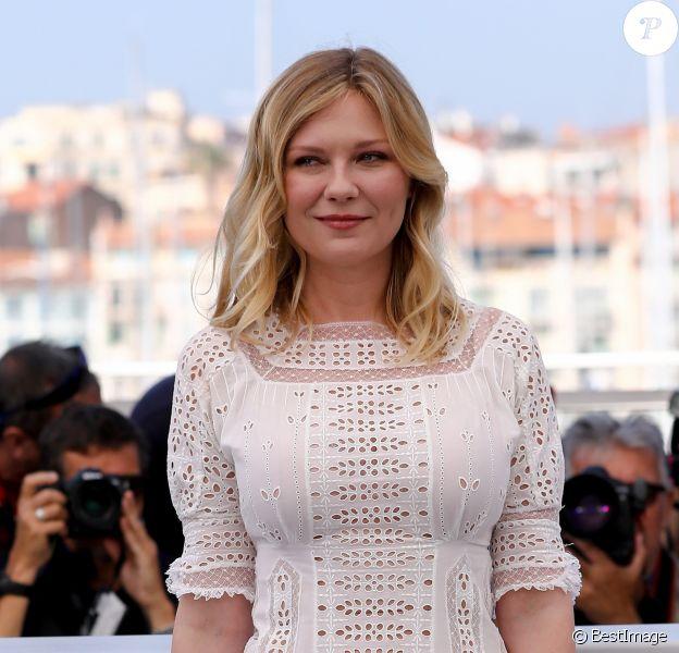 """Kirsten Dunst (en robe Loewe) au photocall du film """"Les Proies"""" lors du 70ème Festival International du Film de Cannes, France, le 24 mai 2017. © Borde-Jacovides-Moreau/Bestimage"""