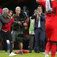 Jose Mourinho heureux avec son fils Jose Mario lors de la victoire de Manchester United en finale de l'Europa League le 24 mai 2017 à la Friends Arena de Stockholm. Un succès dédié aux victimes de l'attentat perpétré deux jours plus tôt à la fin d'un concert d'Ariana Grande à Manchester.