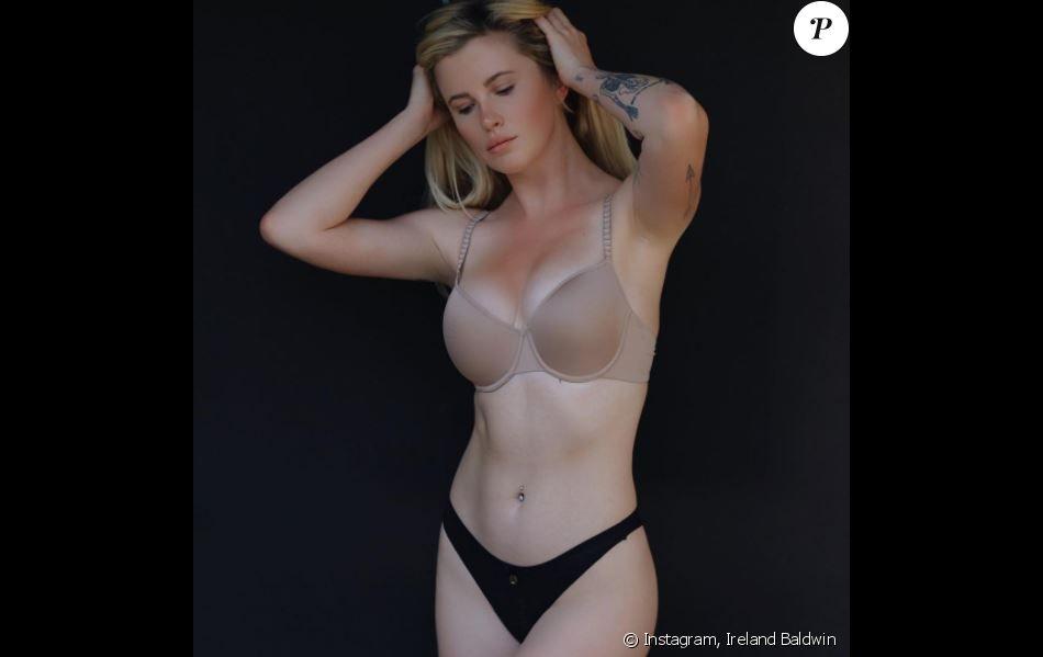 Filles bikini se déshabiller