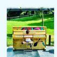Amel Bent publie une photo de sa fille Sofia au piano sur Instagram, le 2 juin 2017.