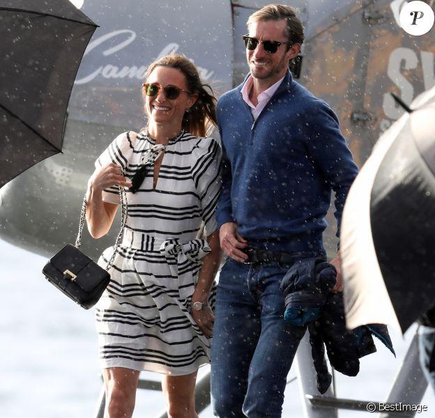 Pippa Middleton et son mari James Matthews partent du port de Sydney en hydravion pour se rendre à Cottage Point, Australie, le 31 mai 2017.