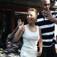 Beyoncé, en juin 2008 quitte le Pitti Bar de New York dans un ensemble casual chic composé d'un pantalon blanc et d'un top assorti, est très élégante.