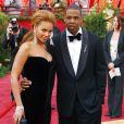 Beyoncé et son mari Jay-Z, en avril 2008, viennent d'annoncer leur mariage, la chanteuse porte un fourreau en velour noir qui lui va à ravir.