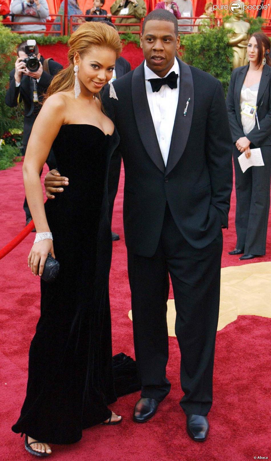 Beyoncé et son mari Jay,Z, en avril 2008, viennent dannoncer leur mariage, la chanteuse porte un fourreau en velour noir qui lui va à ravir.