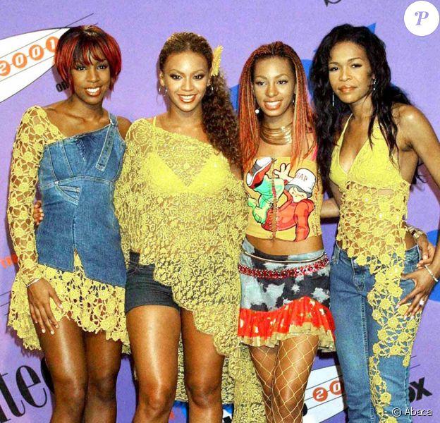 Les Destiny's Child en 2001, au Teen choice awards de L.A. Beyoncé, vêtue d'un mini short en jean et d'un pancho en dentelle jaune, fait preuve de mauvais goût.