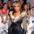 Beyoncé, en 2003, pose devant l'objectif pour les MTV Europe Music Awards d'Edinburg en Angleterre. Sa combinaison de cuir rehaussée d'un collet à fourrure est vraiment Too Much!