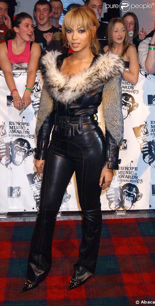 Vogue : Les soeurs les mieux habillées.  164851-beyonce-en-2003-pose-devant-637x0-2