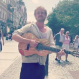 Tom Felton chantant dans les rues de Prague dans l'anonymat le plus total le 13 juin 2017.