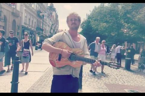 Tom Felton (Harry Potter) chante en pleine rue... dans une indifférence totale !